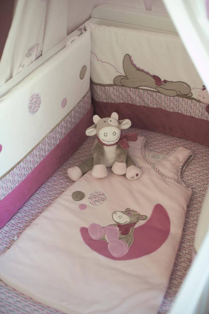 noukies tour de lit victoria et lucie doudouplanet. Black Bedroom Furniture Sets. Home Design Ideas