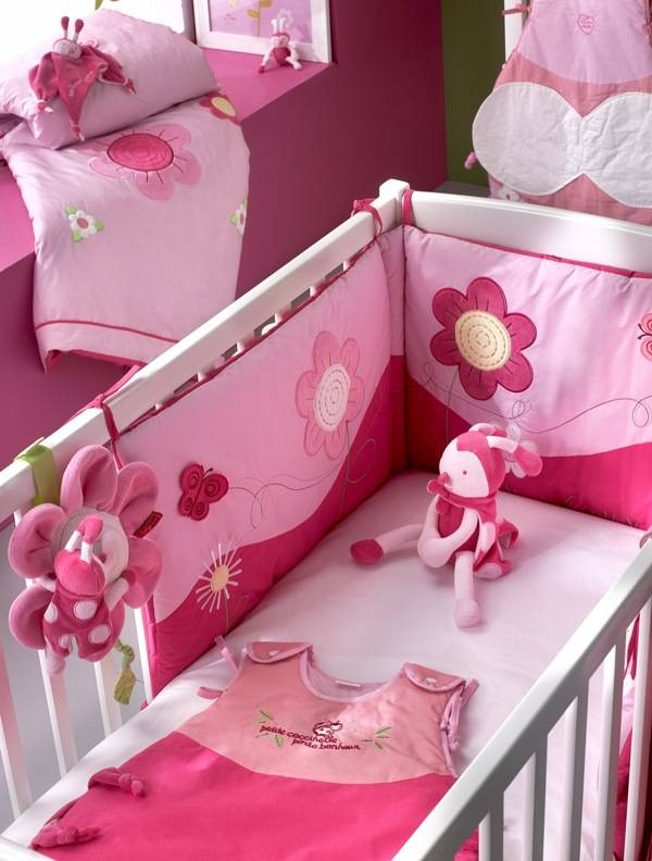 les petites b bettes tour de lit fleurs rose. Black Bedroom Furniture Sets. Home Design Ideas
